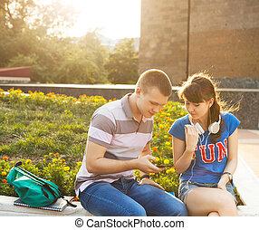 deltagare, teenagers, två, ringa, mobil, utomhus, eller