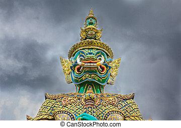 demônio, guardião, com, céu nublado, em, wat phra kaew, a, templo, de, buddha esmeralda, em, bangkok, tailandia
