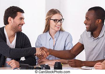 dem, kvinde, handshake., folk branche, siddende, to,...