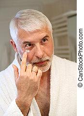demande, hydrater, portrait, personne agee, crème, homme