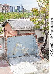 demolished, 家