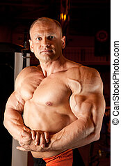 demonstriert, bodybuilder, seine, muskeln