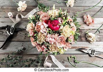den, blomsterhandlare, skrivbord, med, arbete, redskapen, på, grå, gammal, trä, bakgrund