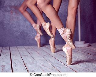 den, fötter, av, a, ung, ballerinor, in, pointe, skor