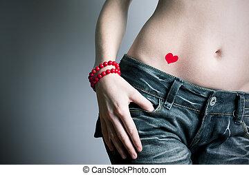 den, flicka, in, mörkblå, jeans, med, korall, pärlhalsband