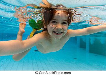 den, flicka, leende, simning, vatten under, in, den, slå...