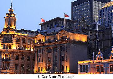 den, kväll, landskap, av, staden, lyse, av, gammal, bebyggelse, och, nymodig arkitektur, in, bund, shanghai