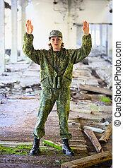 den, kvinna, in, militär uniformera, surrenders