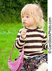 den, liten flicka, målar, läpp, i park