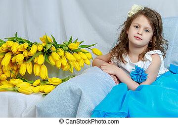 den, liten flicka, soffan, med, a, bukett, av, flowers.