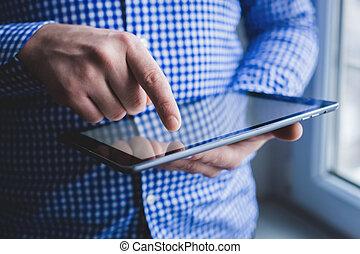 den, mand, anvendelser, en, tablet, pc., moderne, indretning, ind, hånd.