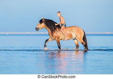 den, pojke, ridande, a, häst, in, den, sea.