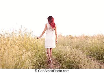 den, slank, figur, flicka, spring, varm, sommar, eftermiddag, in, a, klänning, begrepp, lycka, nöje, soluppgång, och, solnedgång, en, fjäder, äng