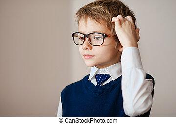 denken, kind, verticaal, van, een, jongetje, leeftijd, zeven, in, bril, deeply, over, iets, kijkend, de ruimte van het exemplaar, boven, zijn, hoofd