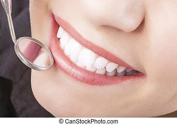 dentaire, jeune, bouche, traitement, femme, miroir, dur, caucasien