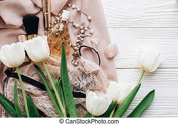 dentelle, bijouterie, holiday., girl, essentiel, espace, tulipes, set., rustique, arrière-plan., blanc, heureux, plat, femme, text., poser, jour, carte, tissu, salutation, parfum, lingerie, élégant, womens, doux
