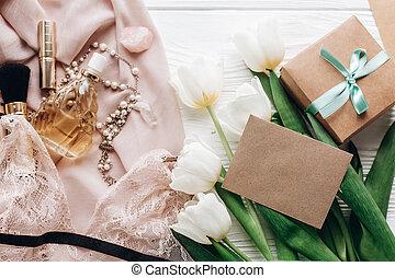 dentelle, bijouterie, holiday., girl, essentiel, tulipes, rustique, arrière-plan., présent, blanc, vide, plat, femme, poser, jour, carte, tissu, salutation, parfum, lingerie, womens, doux