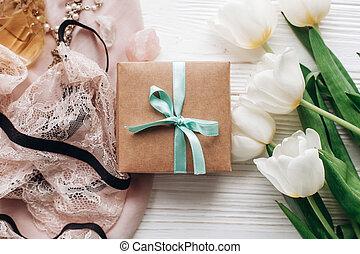 dentelle, bijouterie, holiday., tissu, tulipes, rustique, arrière-plan., blanc, plat, femme, anniversaire, poser, jour, essentiel, boîte, cadeau, mères, parfum, lingerie, élégant, womens, doux, ou