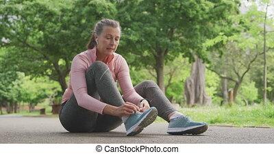 dentelles, femme, parc, personne agee, attacher chaussure