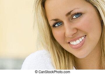 dentes brancos, olhos azuis