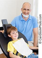 dentista, con, poco, macho, paciente, sonriente, en, clínica