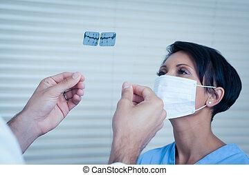 dentista, mirar la radiografía