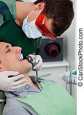 dentista, trabajo encendido, diente, en, dental, clínica