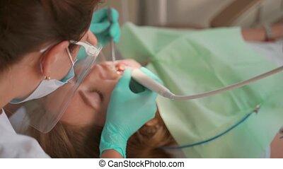 dentiste, fin, femme, bretelles, clinique, médecine, concept., haut., bureau., equipment., dents, patient, art dentaire, enlever, dentaire