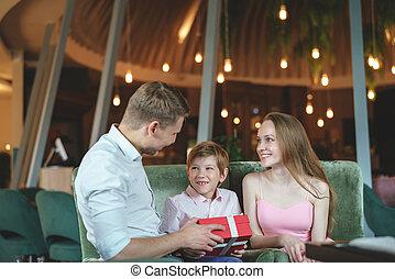 dentro, giovane famiglia