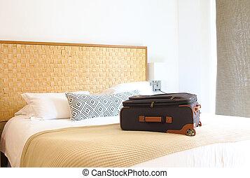 dentro, habitación de hotel, cama, maleta
