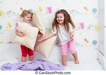 dentro, irmãs, crianças, tocando, cama