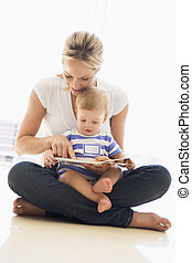 dentro, libro, madre, bambino, sorridente, lettura