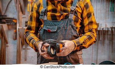 dentro, tenencia, carpintería, woodworker, insonoro, hombre, auriculares, -