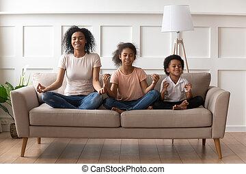 dentro, yoga, madre, practica, hijo hija, africano
