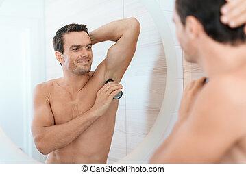 deodorant., lui-même, stands, salle bains, matin, usages, regarde, miroir., homme, il