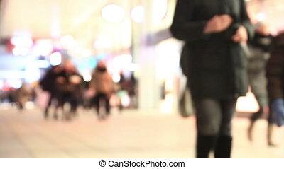 depersonalized, tłum, od, ludzie, porusza się, na, miasto, ulica, w, zima, wieczorny, przeciw, przedimek określony przed rzeczownikami, lustrzany, show-windows, od, sklep