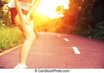 deportes, corredor, mujer, herido, pierna