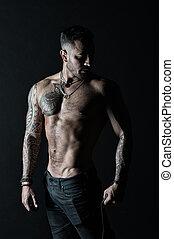 deportista, o, atleta, en, moda, jeans., hombre, con, tattooed, brazo, y, chest., hombre barbudo, con, fuerte, torso., tatuaje, modelo, con, sexy, belly., bodycare, con, condición física, y, deporte, vendimia, filtro