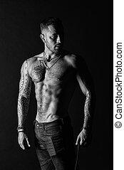 deportista, o, atleta, en, moda, jeans., hombre, con, tattooed, brazo, y, chest., hombre barbudo, con, fuerte, torso., tatuaje, modelo, con, sexy, belly., bodycare, con, condición física, y, deporte, negro y blanco