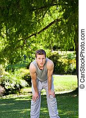 deportivo, guapo, hombre, en el parque