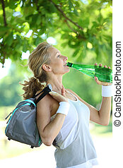 deportivo, mujer, agua potable, de, un, botella