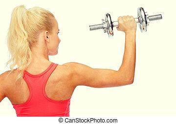deportivo, mujer, con, pesado, acero, dumbbell, de, espalda