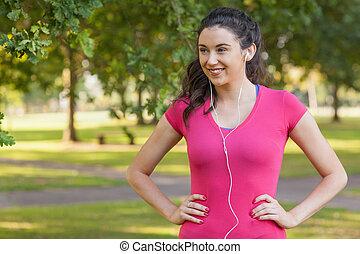 deportivo, mujer joven, posar, en, un, par