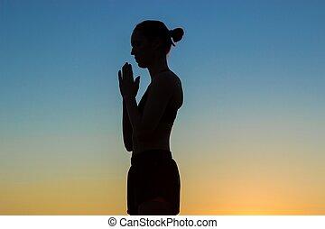 deportivo, mujer, practicar, yoga, en, ocaso, elaboración, mano, saludo, namaste