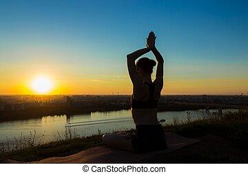 deportivo, mujer, practicar, yoga, en, ocaso, -, sol, saludo