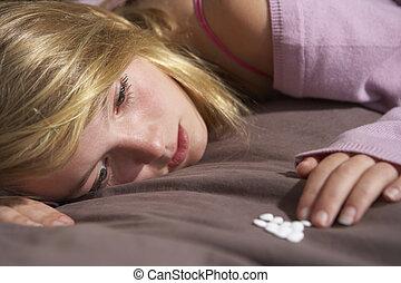 deprimido, adolescente, sentado, en, dormitorio, con, píldoras