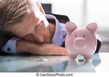 deprimido, coins, mirar, piggybank, hombre