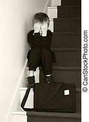 deprimido, escola, escadas., criança, sentando