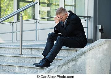 deprimido, hombre de negocios, escaleras, sentado