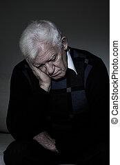 deprimido, homem velho